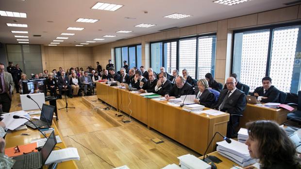 Dos decenas de abogados defienden a los acusados, al fondo de la Sala