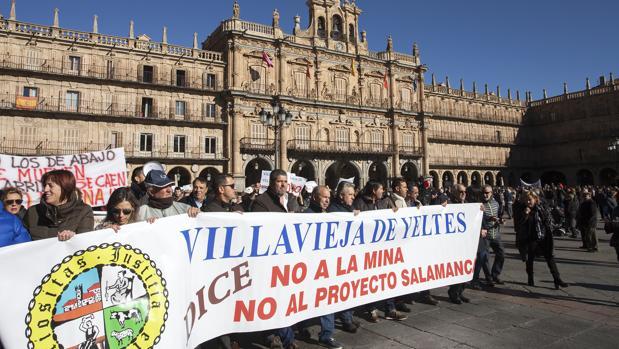Una manifestación en contra de la mina de urnaio de Retortillo (Salamanca) a finales del pasado año
