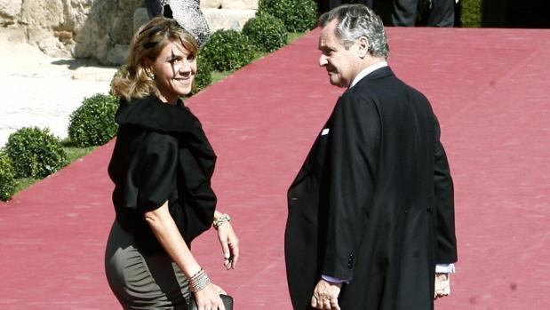 La ministra de Defensa, María Dolores de Cospedal, junto a su marido, Ignacio López del Hierro, en la boda de Rafeal Medina, Duque de Feria, y la arquitecta Laura Vecino en 2010