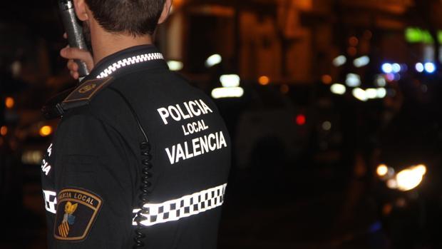 Un policía local de Valencia durante una intervención