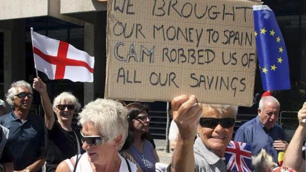 Inversores británicos y de otras nacionalidades afectados por la quiebra de la CAM, en una protesta en Alicante