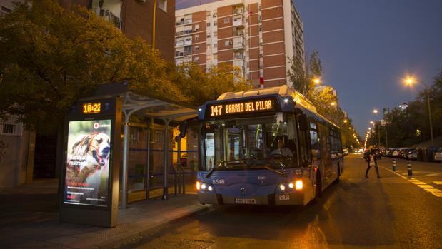Un autobús de la EMT que cubre la línea 147
