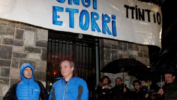 Recibimiento de los etarras Ignacio Otaño (d) e Iñaki Igerategi (i), hoy en la localidad de Andoain, recién salido de la cárcel tras cumplir condena por su colaboración en el asesinato de Joseba Pagazaurtundua (Guipúzcoa)
