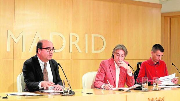 Los delegados Marta Higueras y Pablo Soto (derecha), ayer, en la rueda de prensa en Cibeles