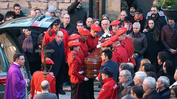 Multitudinario adiós al ertzaina Inocencio Alonso en Ermua