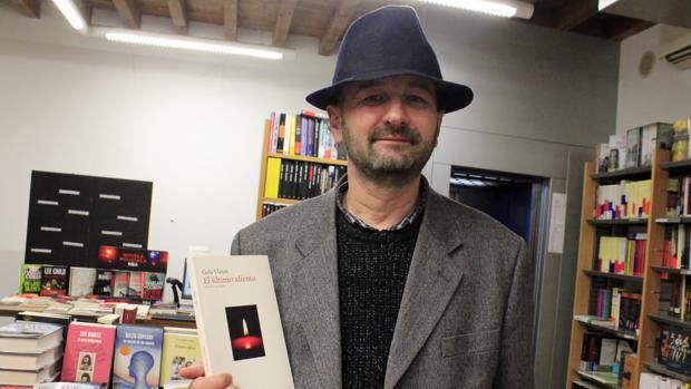El poeta rumano ha presentado en la librería Hojablanca su último compendio poético