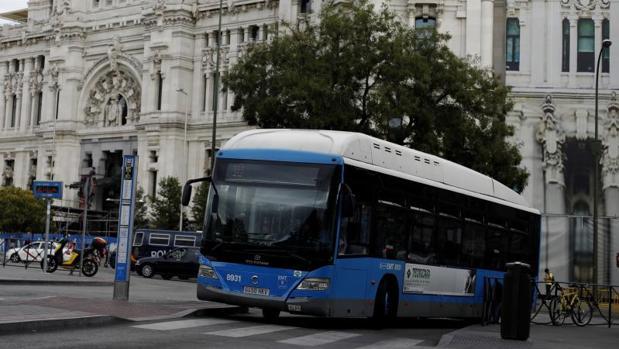 Un autobús de la EMT, junto a Cibeles
