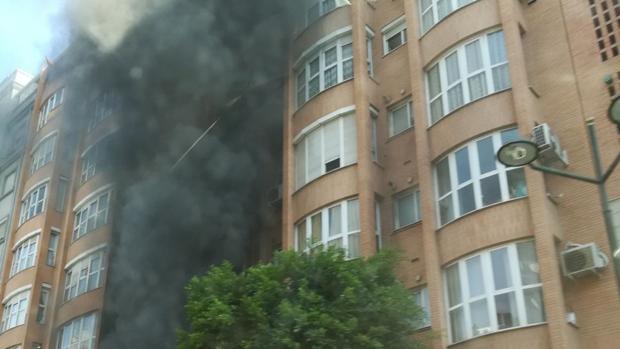 Imagen del incendio en un edificio de Peris y Valero