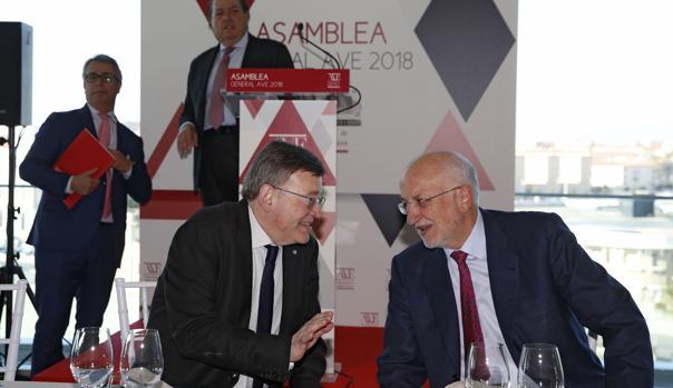 Ximo Puig conversa con Juan Roig, este lunes en Valencia