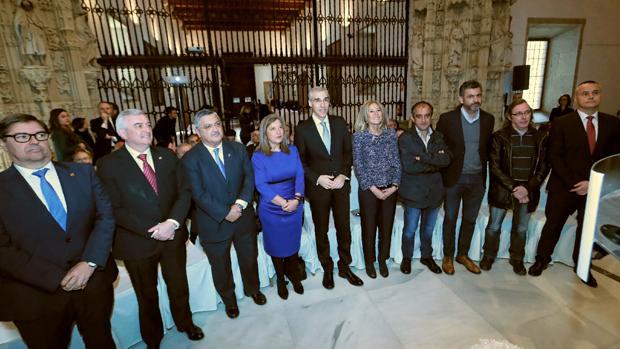 Francisco Conde y Corina Porro, en el centro, junto a representantes económicos de la Comunidad