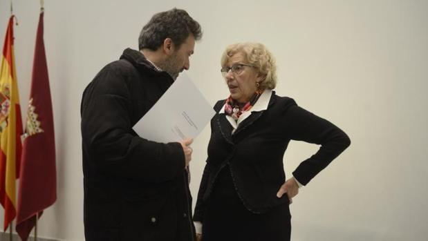 El concejal Mauricio Valiente charla con la alcaldesa Manuela Carmena en un momento del Pleno