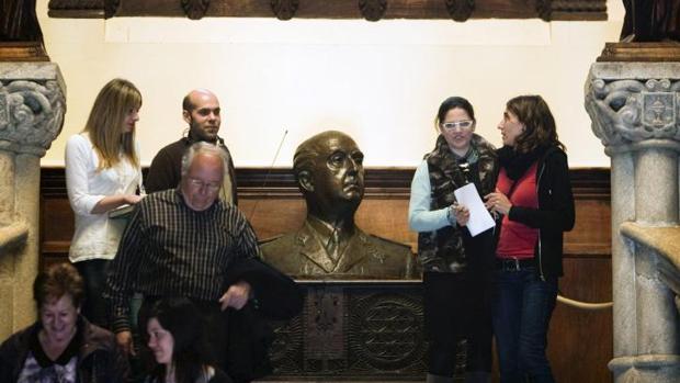 Busto de Francisco Franco, en la escalera principal del recibidor del Pazo de Meirás