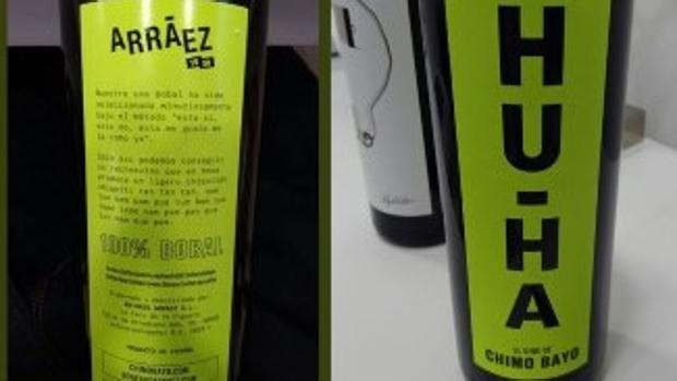 Etiquetas del «tecno tinto» de la Bodega Arráez «Hu-Ha» inspirado en la canción de Chimo Bayo, con la letra en el reverso (izquierda)