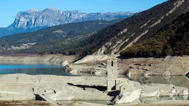 Vista general del pantano de Mediano en el Pirineo de Huesca