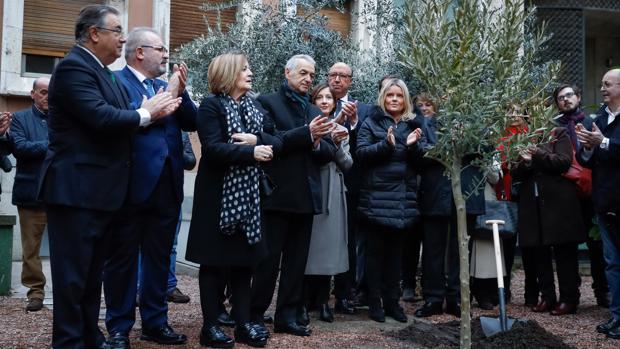 Un olivo, símbolo de «paz, fuerza y resurrección», recuerda a las víctimas del 11-M en Interior
