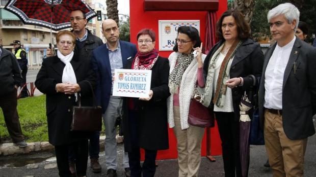 La viuda de Tomás Ramírez, con la placa junto al alcalde de Alicante y otros asistentes al homenaje
