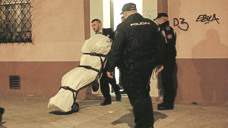 Los asesinos de Carabanchel fueron descubiertos por los vecinos cuando trataban de sacar el cuerpo