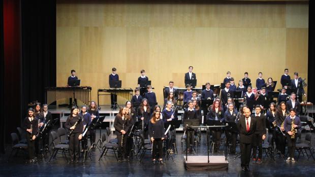 Los músicos y el director saludan al público en el Auditori Teulada Moraira