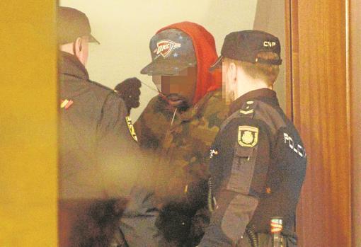 Uno de los cuatro arrestados, en el rellano del portal
