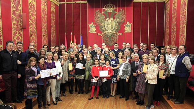 Foto de familia de todos los premiados, ayer, en la Sala Capitular del Ayuntamiento de Toledo