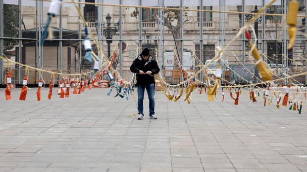 Imagen de los preparativos de una mascletà en la Plaza del Ayuntamiento