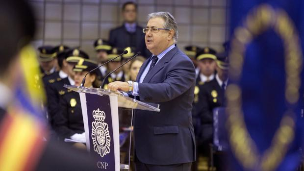 La equiparaci n salarial de los polic as los c lculos que for Nombre del ministro de interior y policia