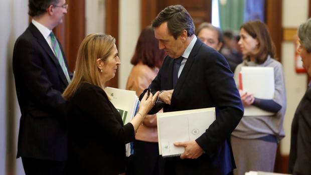 La presidenta del Congreso de los Diputados, Ana Pastor, junto al portavoz del PP, Rafa Hernando