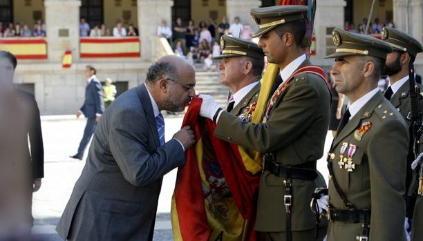 El secretario general de Presidencia, Rafael Perezagua, jurando bandera en 2011