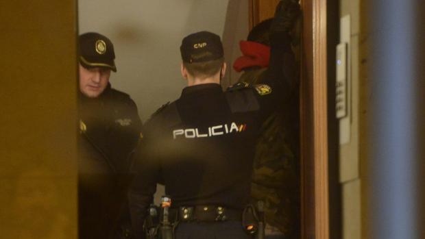 Dos policías nacionales, el domingo, con uno de los detenidos