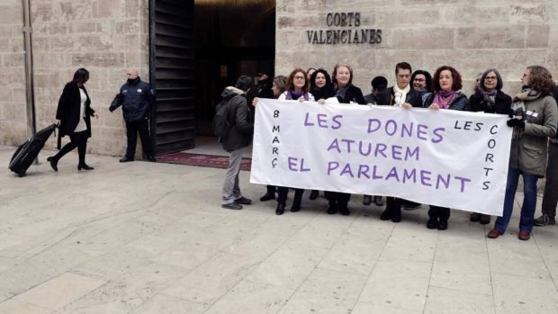 La huelga feminista del 8 de marzo provoca cortes de tráfico en Valencia