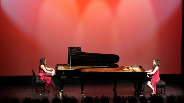 Un momento de la actuación de las hermanas Naughton en el Auditori Teulada Moraira