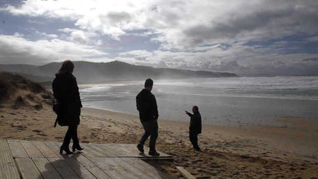 La mujer estaba escondida en una zona de acantilados próxima a la playa de Doniños