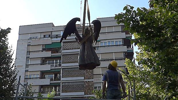 Imagen cedida por Granadaimedia de la escultura dedicada a José Antonio Primo de Rivera que el Ayuntamiento de Granada ha retirado