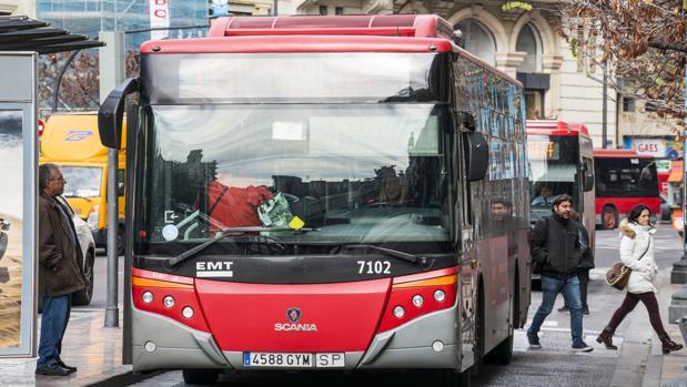 Imagen de archivo de una parada de la EMT de Valencia