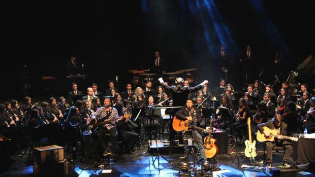 Un momento del concierto de Los Secretos con la Agrupación Musical Cultural de Teulada