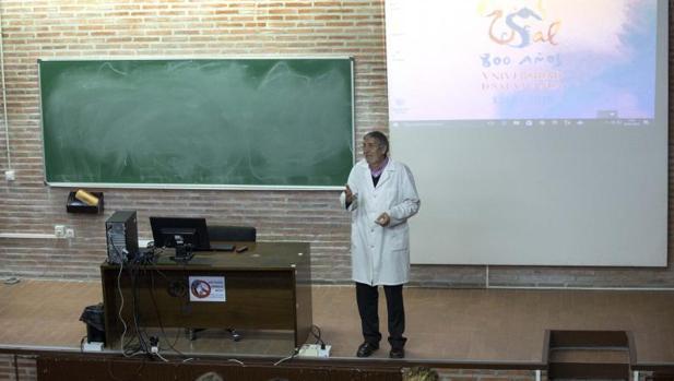 Un profesor imparte clase en la Universidad de Salamanca
