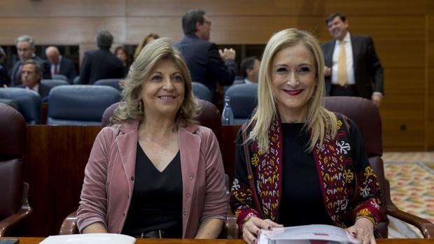 La presidenta regional, Cristina Cifuentes, junto a la consejera de Hacienda, Engracia Hidalgo