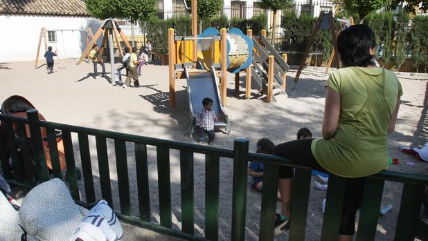 Un grupo de niños juega en un parque infantil