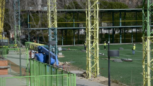 Desmantelamiento de las torres de la instalación de golf del Tercer Depósito del Canal