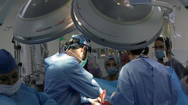 Un grupo de médicos realizando una operación de riñón