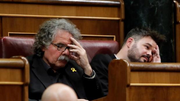 Joan Tardá y Gabriel Rufián, este martes en sus escaños del Congreso durante el Pleno