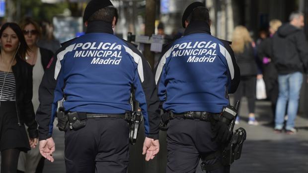 Dos agentes de la Policía Municipal patrullan por Madrid