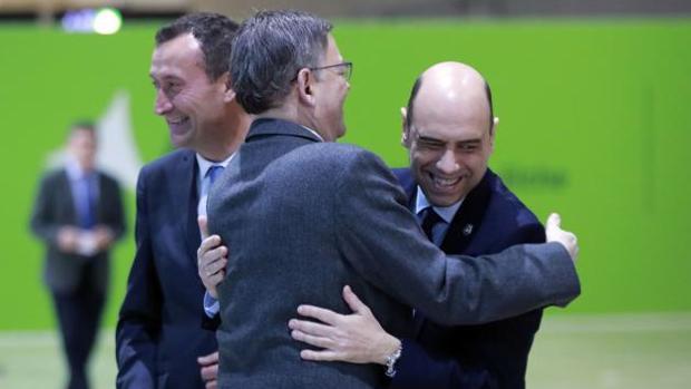 Puig y Echávarri se saludan recientemente en el aniversario del aeropuerto de Alicante-Elche, junto al alcalde ilicitano, Carlos González