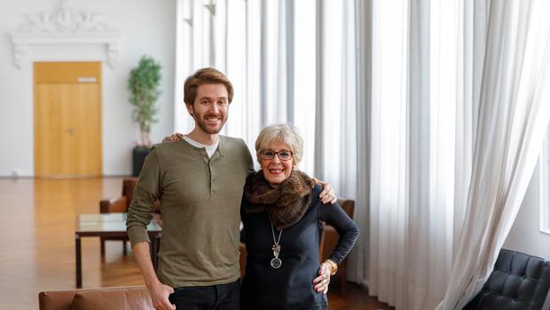 La actriz Concha Velasco junto a su hijo Manuel Marsó Velasco, esta mañana en Valladolid