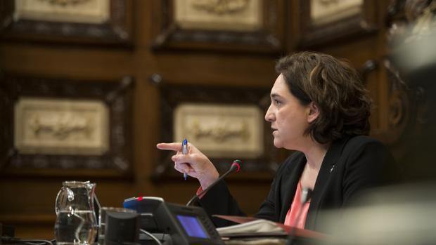 La alcaldesa de Barcelona, Ada Colau, en el Pleno municipal