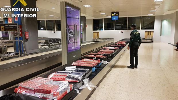 Maletas llenas de cajetillas de tabaco en el aeropuerto de Manises