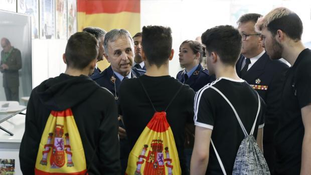 Unos estudiantes se informan en el expositor del Ejército, en el Salón de la Enseñanza que ha abierto hoy sus puertas en la Fira de Barcelona