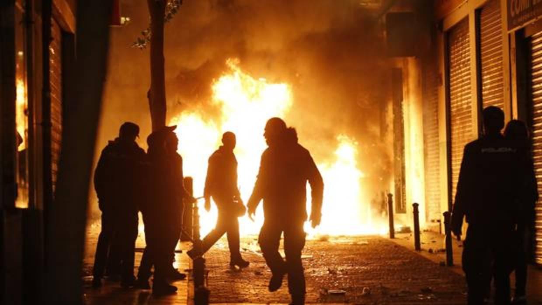 Graves disturbios colapsan Lavapiés tras la muerte de un mantero