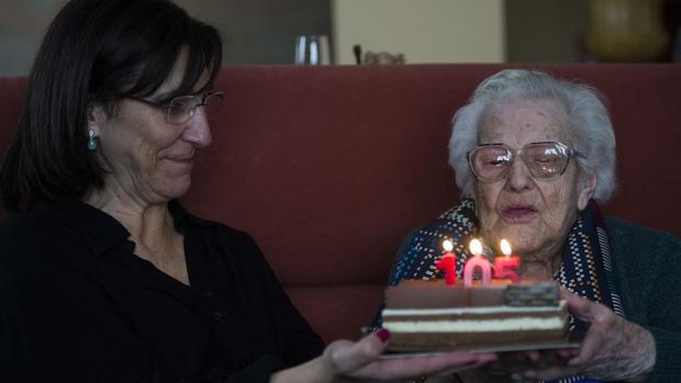 La alcaldesa de Pozuelo Susana Pérez Quislant celebra el cumpleaños de una mujer de 105 años en Pozuelo