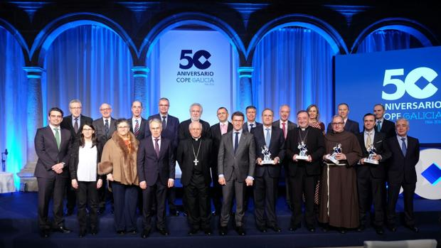 Fotografía de familia en el 50º aniversario de la emisora en Galicia